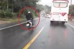 Clip: Xe máy phóng nhanh vượt ẩu, lao thẳng gầm xe tải ngược chiều