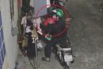 Clip: Kẻ biến thái đội mũ Grabbike trộm đồ lót nữ trong khu trọ ở Sài Gòn