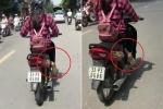 Clip: Hoảng hồn nữ 'ninja' lái xe máy vắt chéo chân để tránh nắng