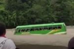 Tài xế liều mạng vượt sông lũ, xe buýt chở hàng chục học sinh suýt bị cuốn trôi