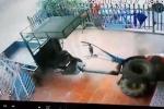 Clip: Công nông lao như tên bắn, tông sập cổng nhà dân ở Thái Nguyên