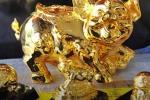 Tượng heo mạ vàng Phúc Lộc Thọ giá 'cắt cổ' vẫn hút khách Tết Kỷ Hợi