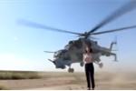 Video: Nữ phóng viên liều lĩnh tường thuật trên đường băng khi trực thăng lướt sát đầu