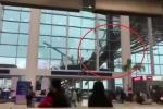 Clip: Gió dữ dội thổi sập mái sân bay, hành khách bỏ chạy tán loạn