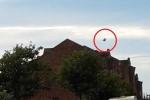 'UFO' màu đen bí ẩn, hình thù kỳ dị lơ lửng 15 phút trên bầu trời