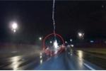 Clip: Sét đánh xe tải tóe lửa trên cao tốc trong đêm