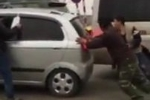 Clip: Phụ nữ lái ô tô số sàn lên dốc và cái kết toát mồ hôi hột