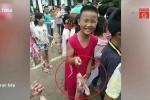 Được thưởng thịt lợn, học sinh giỏi trường làng cười tít mắt