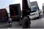 Clip: 2 container dàn hàng chạy như rùa bò, cản đường hàng trăm ô tô gây phẫn nộ