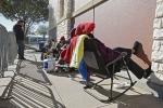 Người Mỹ cắm ô, đắp chăn xếp hàng để chờ mua đồ dịp Black Friday 2017