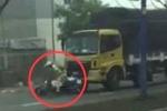 Clip: Bị chặn đầu, tài xế xe tải húc đổ xe CSGT rồi bỏ trốn