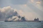 Tàu dầu đâm tàu hàng ngoài khơi Trung Quốc có nguy cơ cháy ngùn ngụt cả tháng