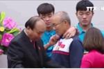 Hành động tình cảm của Duy Mạnh với thầy Park khiến dân mạng thích thú