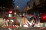 Clip: Ô tô mở cửa bất cẩn gây tai nạn, người đàn ông chỉ chăm chăm kiểm tra xe mình