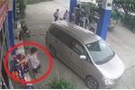 Clip: Đi ô tô vào đổ xăng, người đàn ông tranh thủ trộm chai dầu nhớt