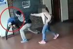 Clip: Nghi con gái bị lạm dụng tình dục, bố đến trường đấm thầy giáo
