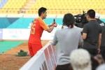 Lần đầu ghi bàn ở ASIAD, cầu thủ Trung Quốc ăn mừng khiến triệu người xúc động