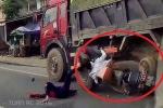 Chuyển làn vượt ẩu, 2 cô gái lao xe máy vào gầm xe tải