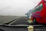 Clip: Đang chạy tốc độ cao, ốp cửa xe khách văng suýt trúng xe ô tô đi bên cạnh