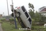Tai nạn oái oăm: Ôtô 'leo' cột điện, cắm đầu xuống đất