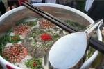 Chuyện về tô hủ tiếu khổng lồ nhất Việt Nam: Làm xong phải đổ bỏ