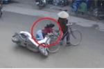 Clip: Cụ bà sang đường kiểu cảm tử, gây họa cho cô gái đi xe máy
