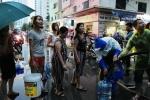 Video: Dân chung cư Hà Nội đội mưa xếp hàng lấy nước sạch