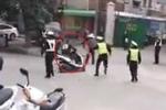 Clip: Xe máy rồ ga vùng thoát khỏi vòng vây của CSGT