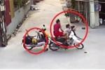 Clip: Phóng như bay qua ngã tư, xe máy kẹp 3 gây tai nạn rồi lao xuống mương