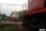 Clip: Khoảnh khắc 2 tàu hỏa suýt tông nhau ở Đồng Nai