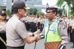 Kiên nhẫn hứng đòn của người phụ nữ, cảnh sát giao thông Indonesia được khen thưởng