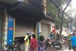 Cảnh sát phá cửa cứu 3 người trong tiệm túi xách bốc cháy dữ dội ở Sài Gòn