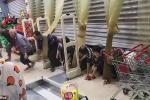 Bò dưới sàn nhà, chui qua cửa để tranh mua trứng hạ giá ở Trung Quốc
