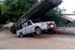 Clip: Ô tô bán tải chở quá nhiều tre và cái kết đắng khi lên dốc