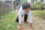 Cậu bé người Mông 7 năm bò tới trường