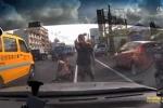 Clip: Bị gã đàn ông chặn đầu xe ăn vạ, nữ tài xế... ăn vạ lại