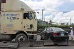 'Hung thần' container húc ô tô 4 chỗ văng xa hàng trăm mét