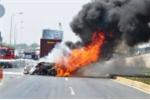 Xe đầu kéo phi khỏi quốc lộ rồi bốc cháy ngùn ngụt bên đường tàu