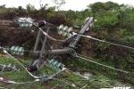 Gió lốc mạnh làm đổ gãy hàng loạt trụ điện cao thế ở Đắk Lắk