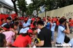 Video: Hàng trăm CĐV xếp hàng lấy áo, băng rôn miễn phí cổ vũ cho Olympic Việt Nam