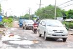 Video: Né BOT, xe tải 'rủ nhau' phá đường dân sinh ở Đồng Nai