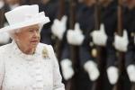 Nữ hoàng Elizabeth II từng suýt bị lính gác cung điện bắn