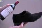 Mẹo mở rượu vang bằng... giày