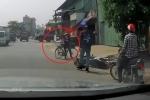 Clip: Tránh phụ nữ đi ngược chiều, người đi xe máy va vào xe tải suýt chết