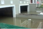 Nước ngập biệt thự như bể bơi, dân lắp máy bơm công suất lớn hút nước cứu đồ đạc