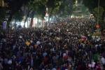 Video: Hàng vạn người đổ về Nhà thờ lớn, phố đi bộ Hà Nội đón Noel 2017