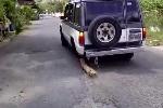 Tài xế sáng tạo chế ôtô chỉ còn 3 bánh vẫn chạy bon bon trên phố