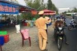 Cảnh sát phát nước suối, khăn lạnh cho người dân về miền Tây ăn Tết