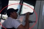 Video: Người lạ mặt hăm dọa tài xế dùng tiền lẻ ở BOT Cai Lậy