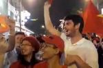 Clip: Khách Tây cuồng nhiệt ăn mừng kỳ tích chấn động của U23 Việt Nam